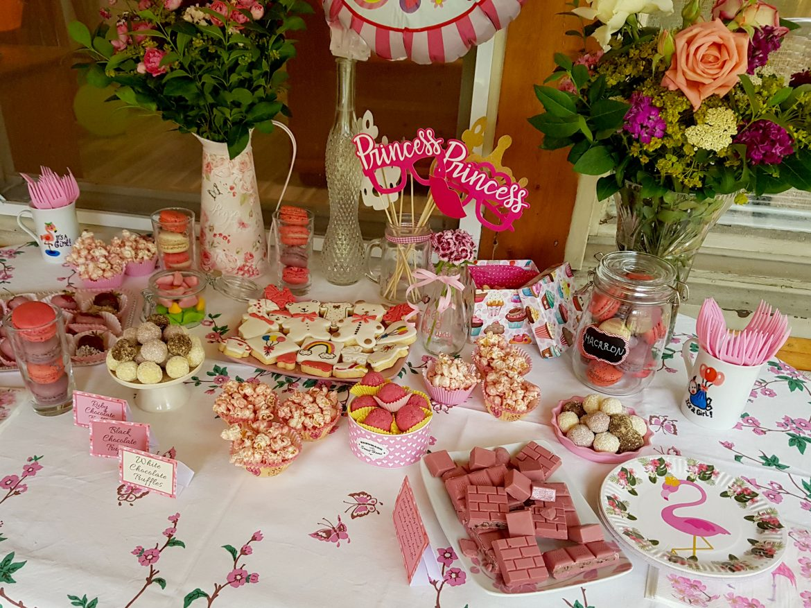Baby shower table presentation, it's a girl